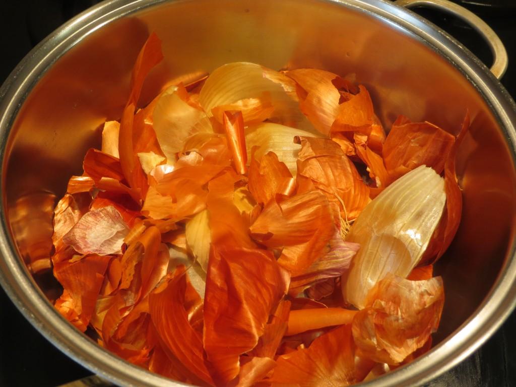 pieles  de cebolla en la olla