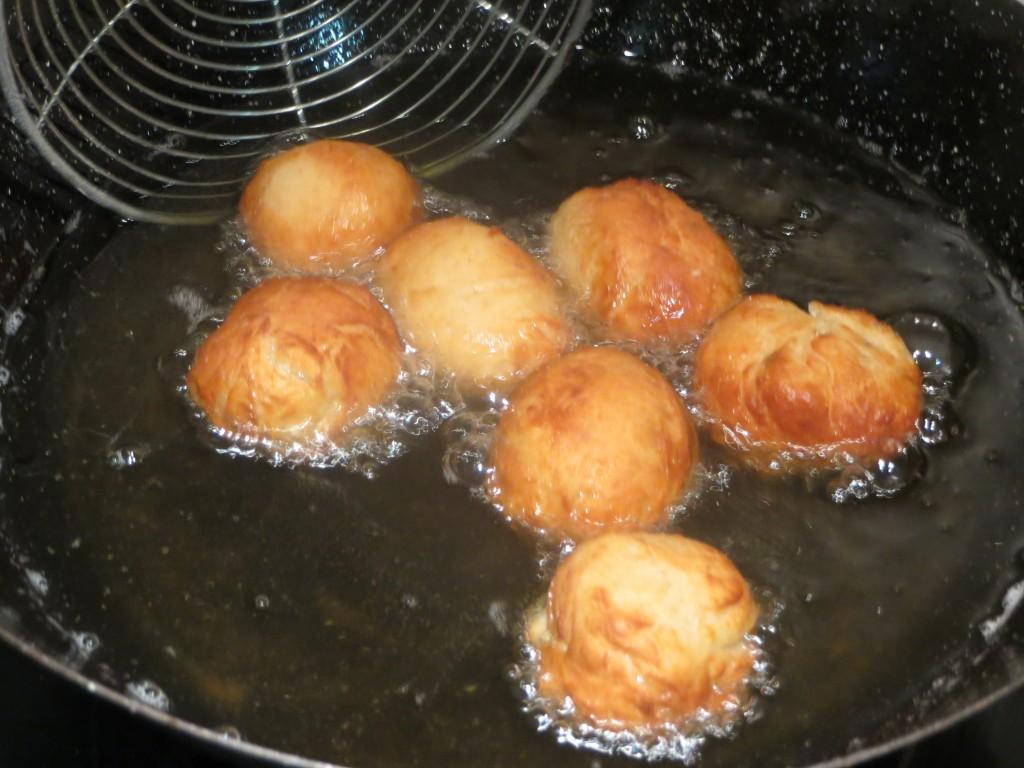 buñuelos friendo en el aceite caliente