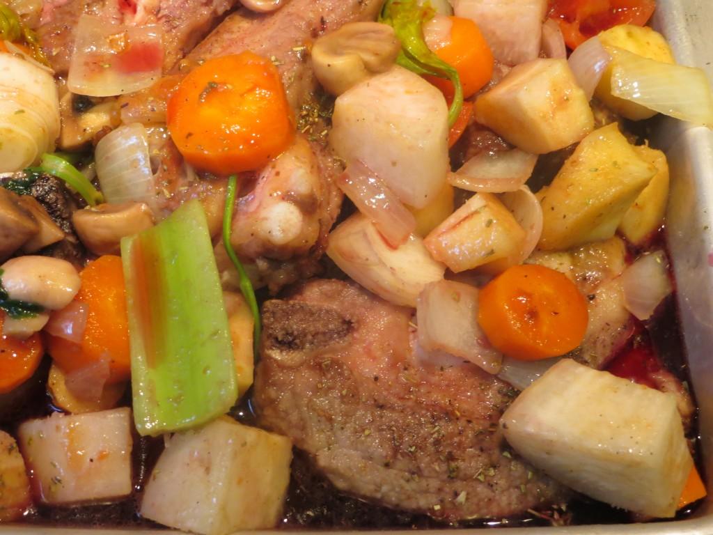 bandeja con la carne, las verduras y el vino