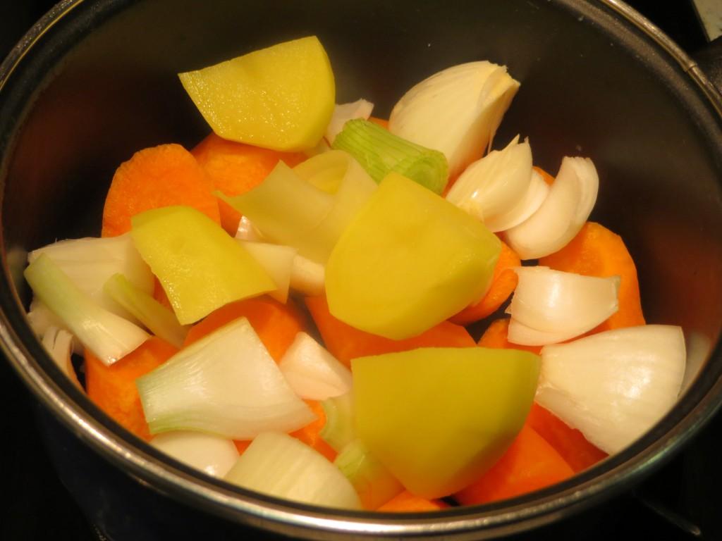ingredientes de la crema de zanahorias preparados para cocer