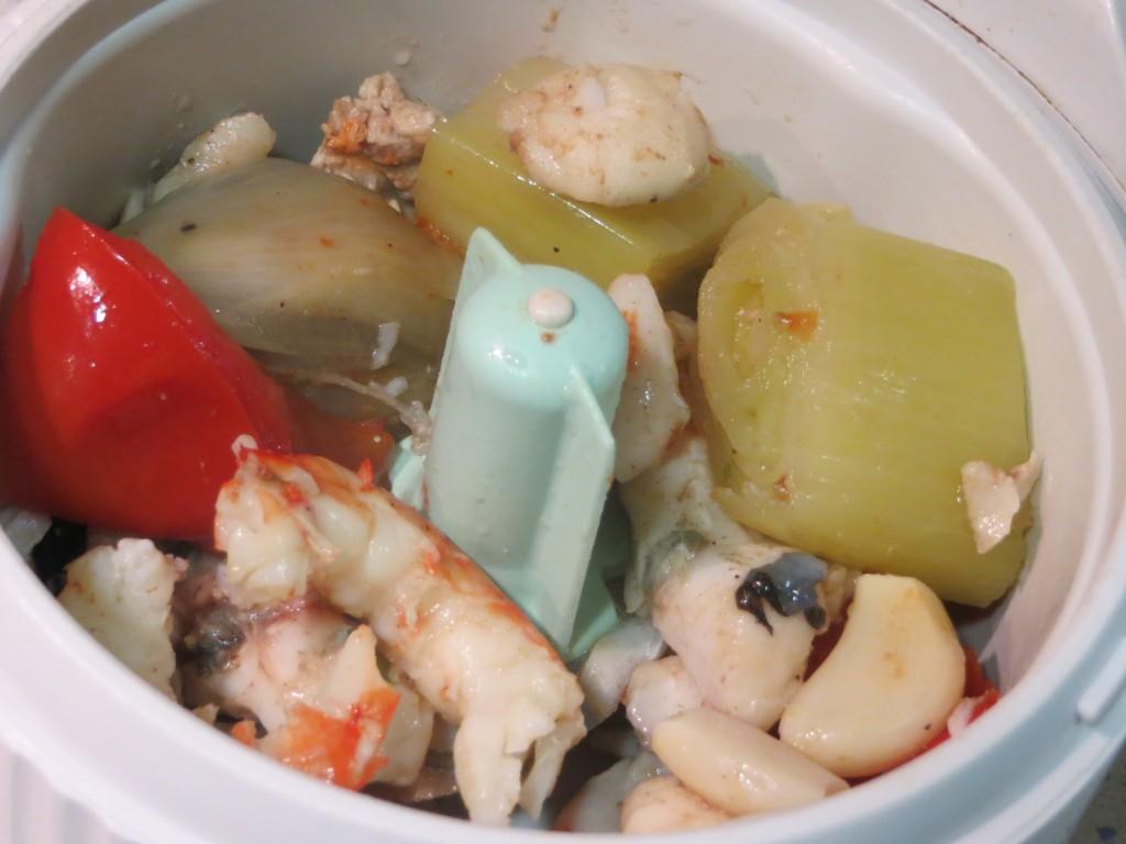 pescado, marisco y verduras a punto para ser triturado