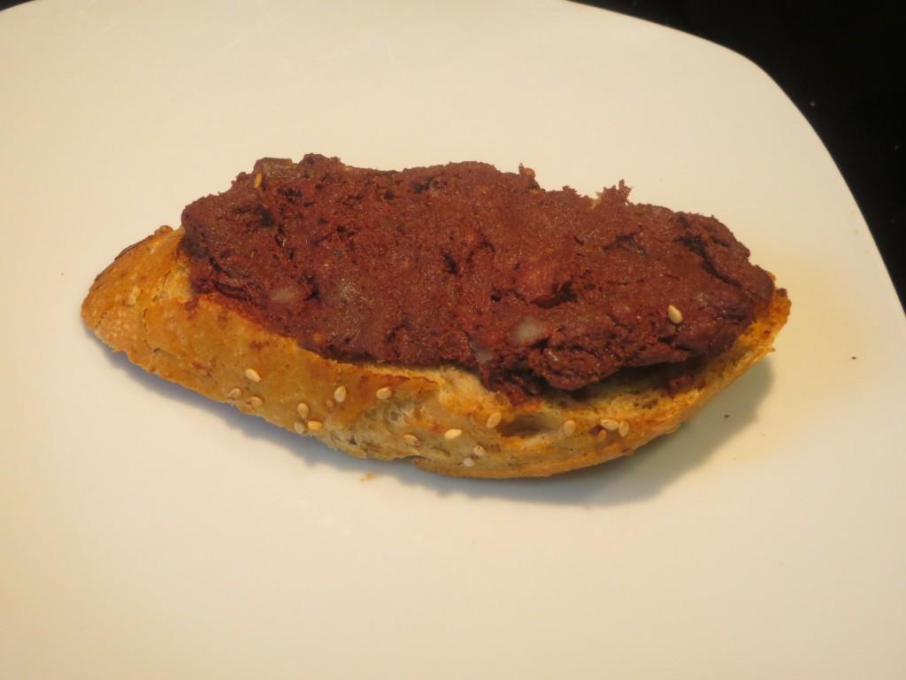 morcilla de cebolla sobre la rebanada de pan tostado