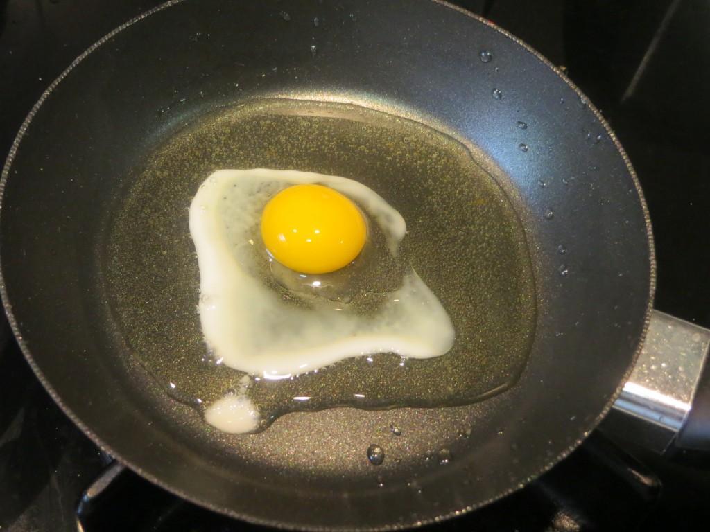 huevo de codorniz friéndose en la sartén
