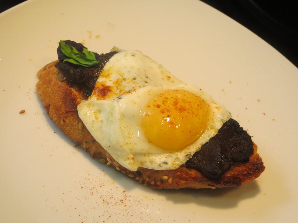 pincho de morcilla de cebolla con huevo de codorniz