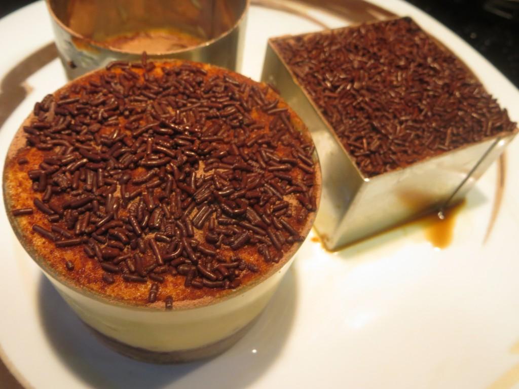 fideos de chocolate sobre el tiramisú