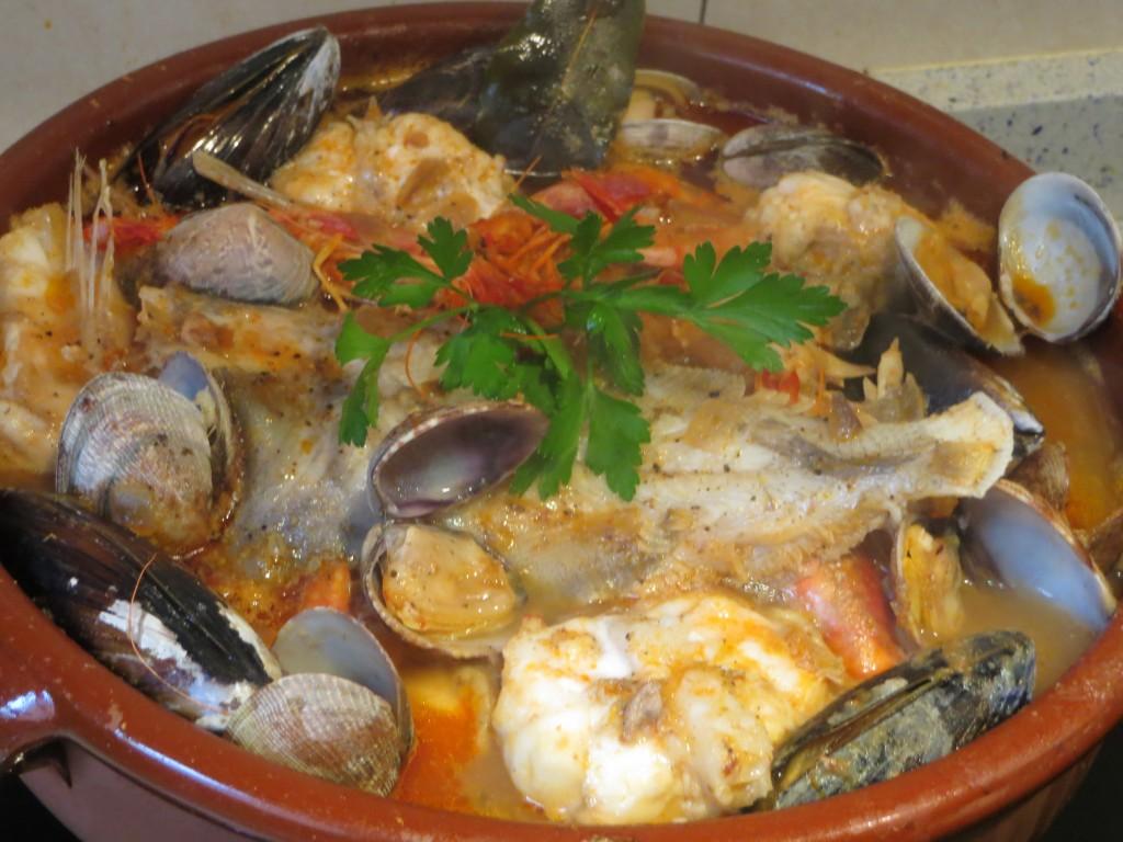 cazuela de pescados, mariscos y moluscos