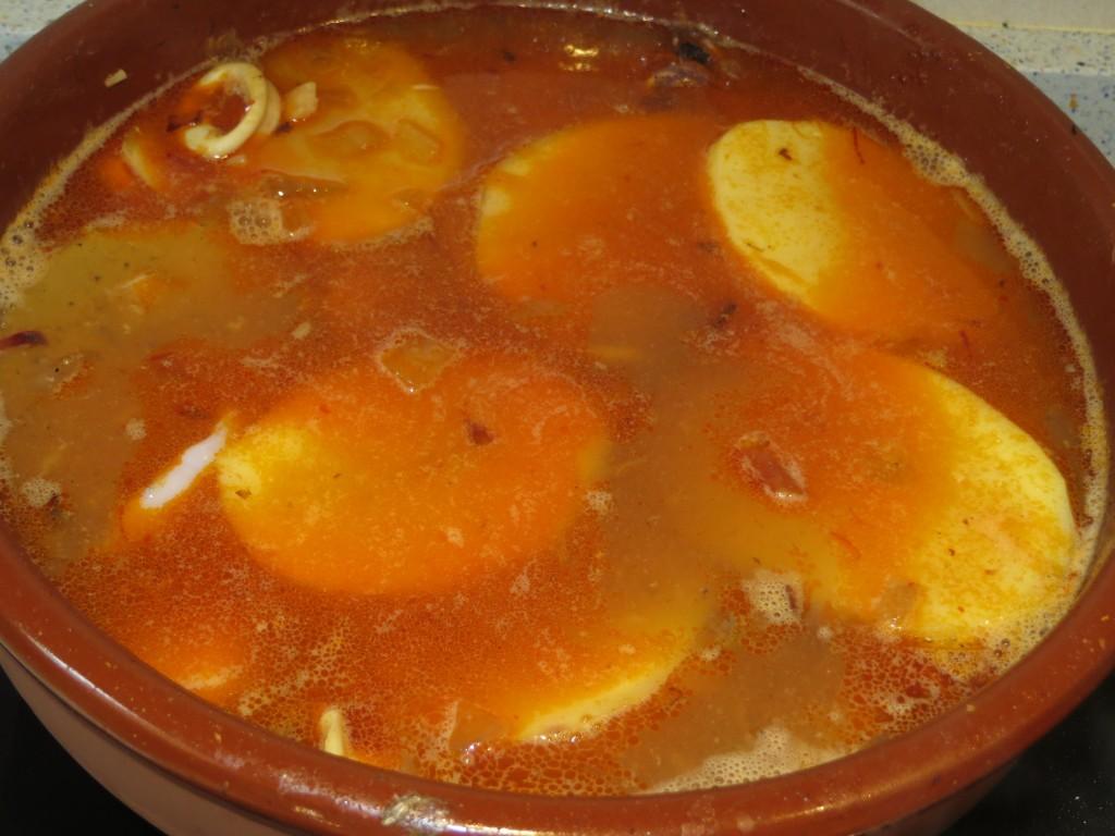 cazuela de pescado con las patatas incorporadas