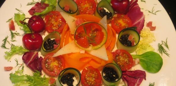 ensalada de verduras, sucedáneo de caviar, queso y jamón
