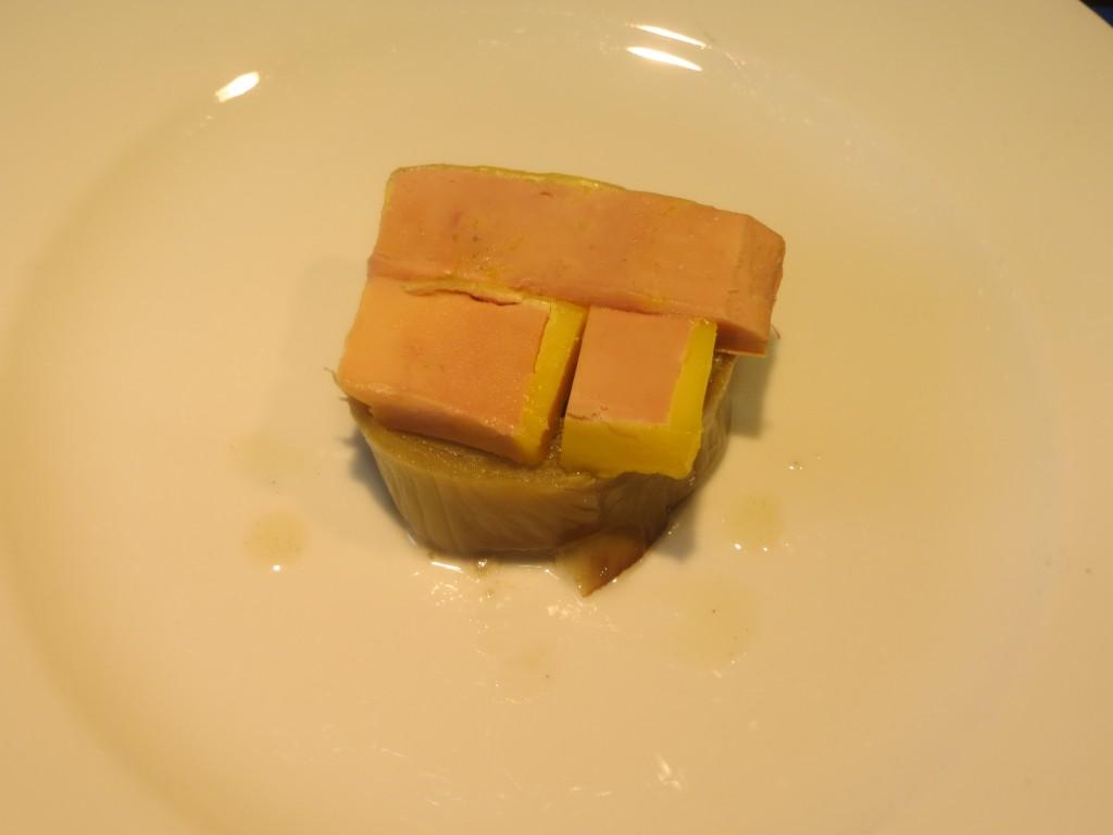 relleno de foie sobre la parte inferior de la alcachofa