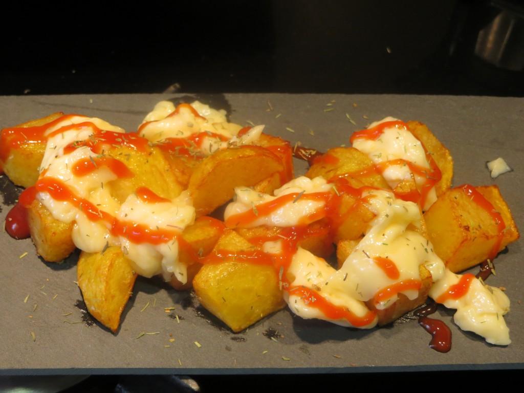 incorporación de salsa brava y  hojas de tomillo