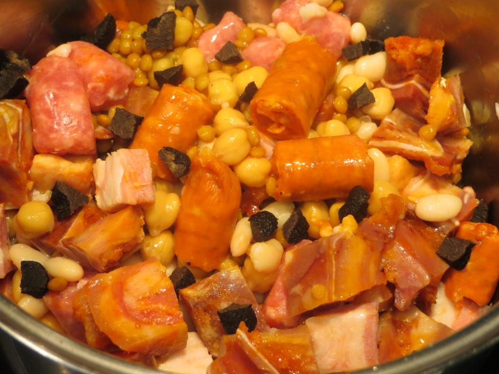 trufa y carnes incorporadas a la olla de legumbres