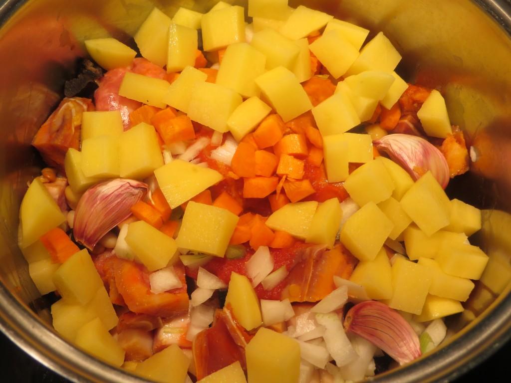 zanahoria, ajos y patata incorporados al potaje de legumbres