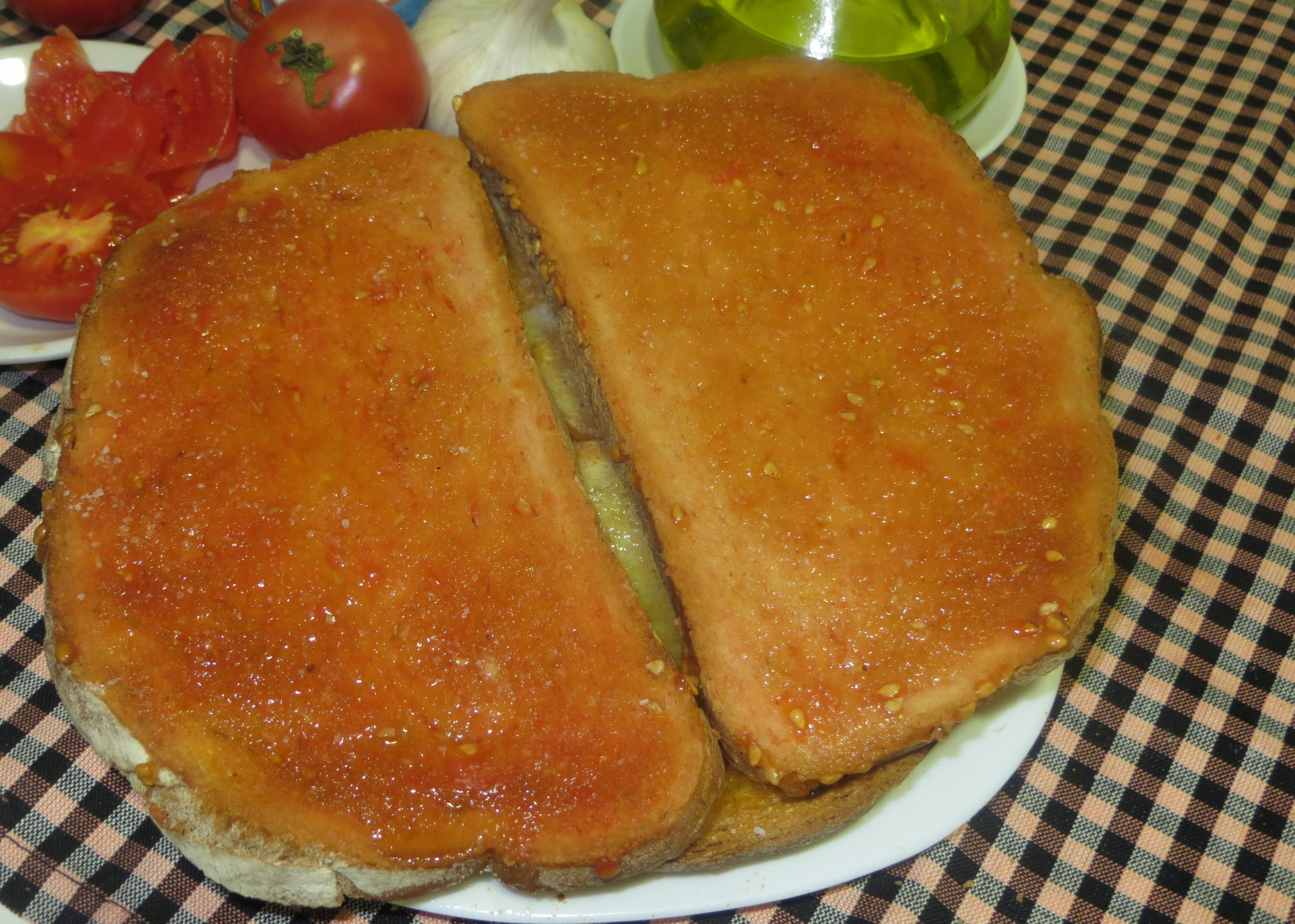 pan con tomate presentado