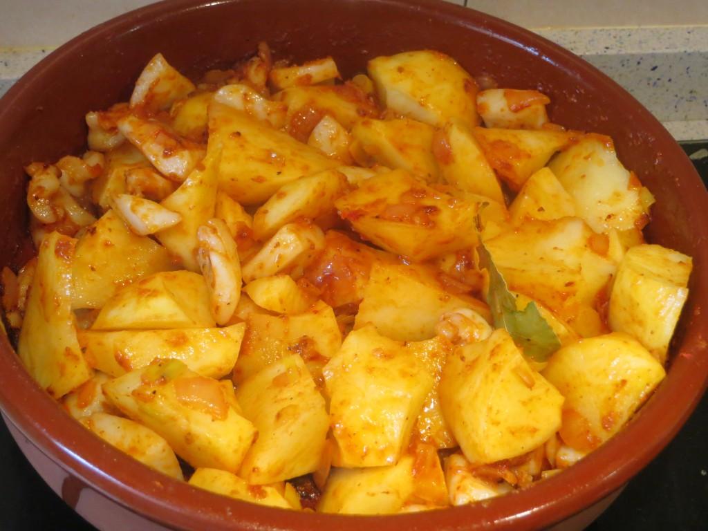 patatas incorporadas a la cazuela con la sepia