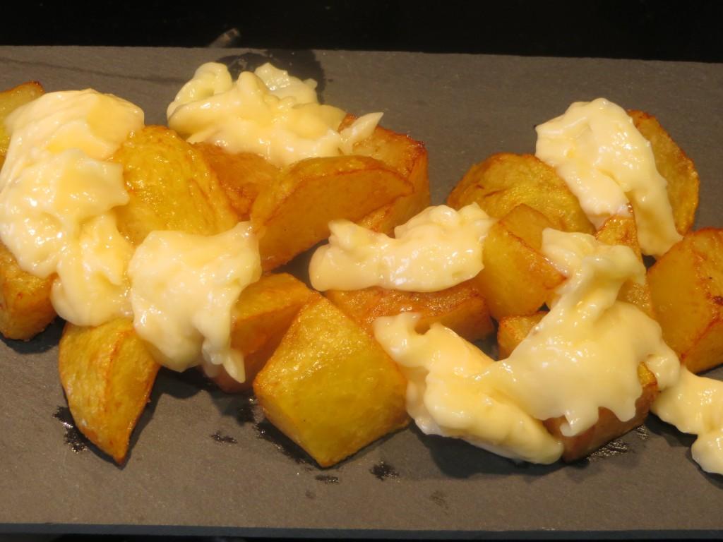 alioli sobre las patatas fritas