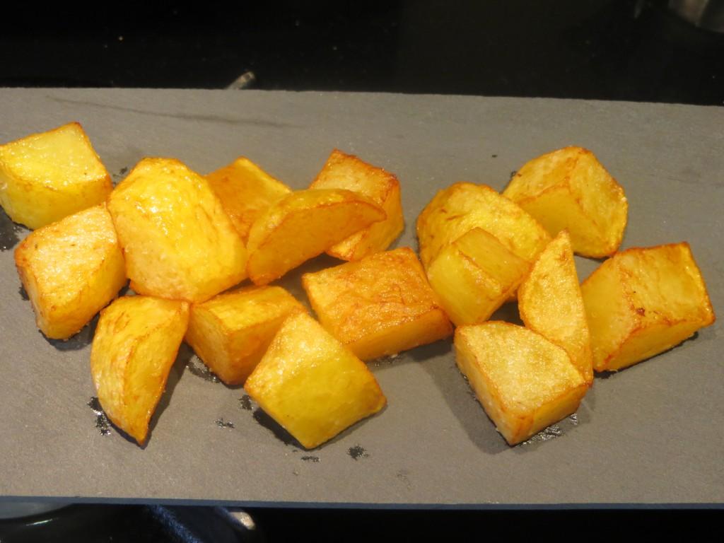 patatas fritas sobre placa de pizarra