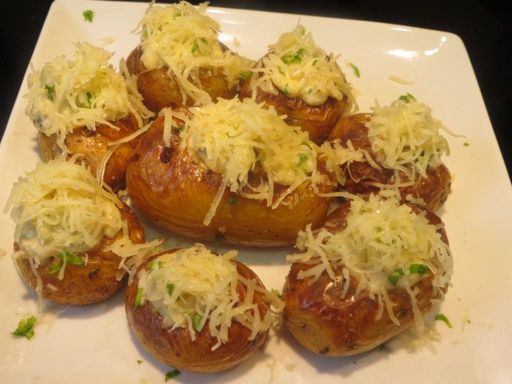 incorporación de queso rallado a las patatas rellenas de bacalao