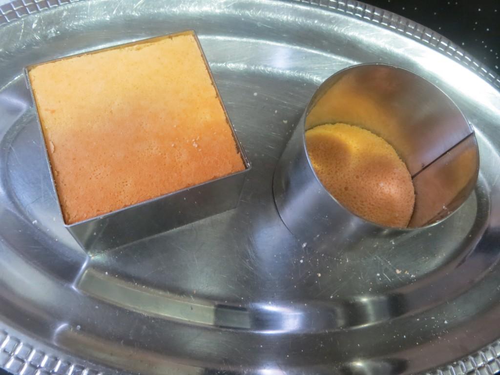 placas de bizcocho en el fondo de los aros de cocina