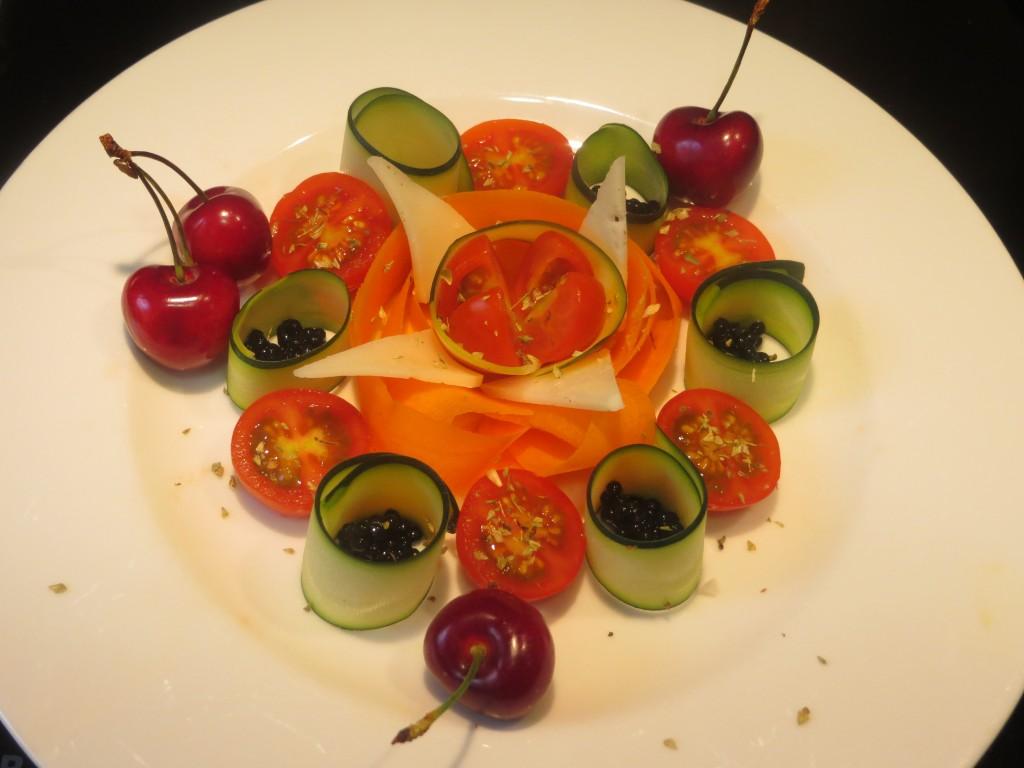 orégano, triángulos de queso y sucedáneo de caviar incorporados a la ensalada