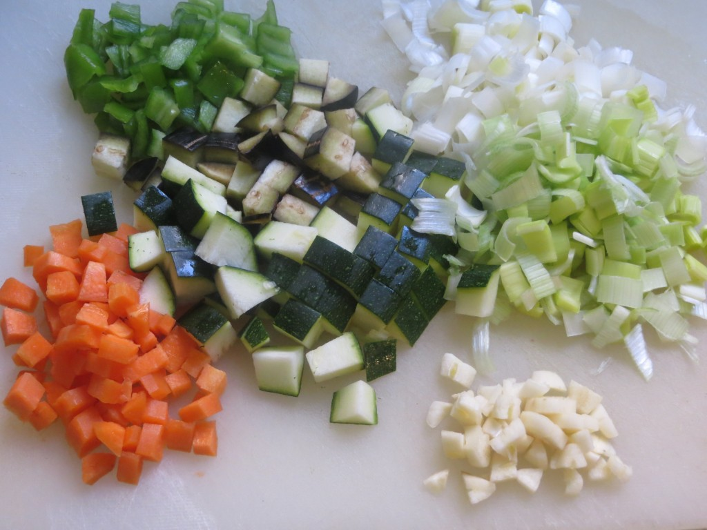 verduras del arroz con mariscos enlatados cortadas