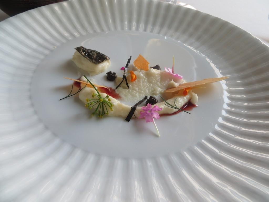 milhojas de millo corvo, congrio cremoso y alga Nori