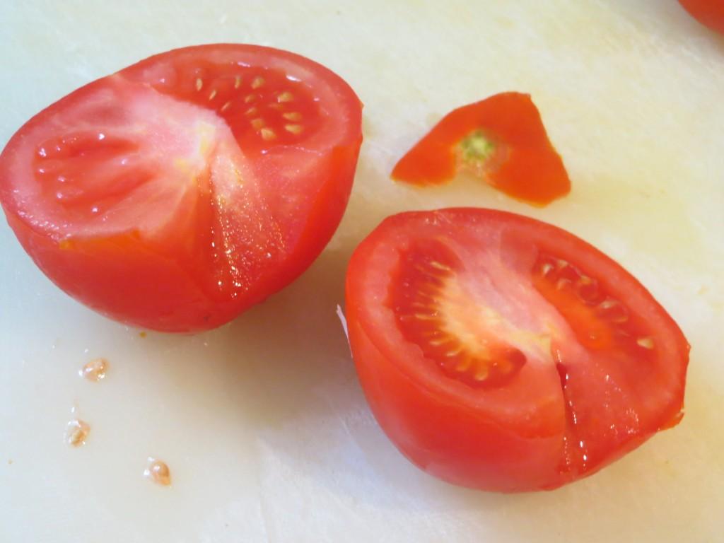 tomate limpio y cortado