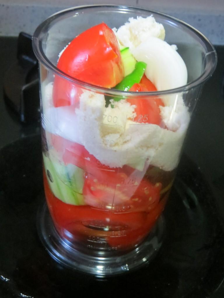 ingredientes del gazpacho dentro del vaso de la batidora