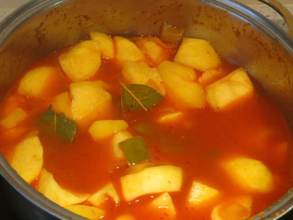 incorporación del caldo al estofado de patatas con bonito