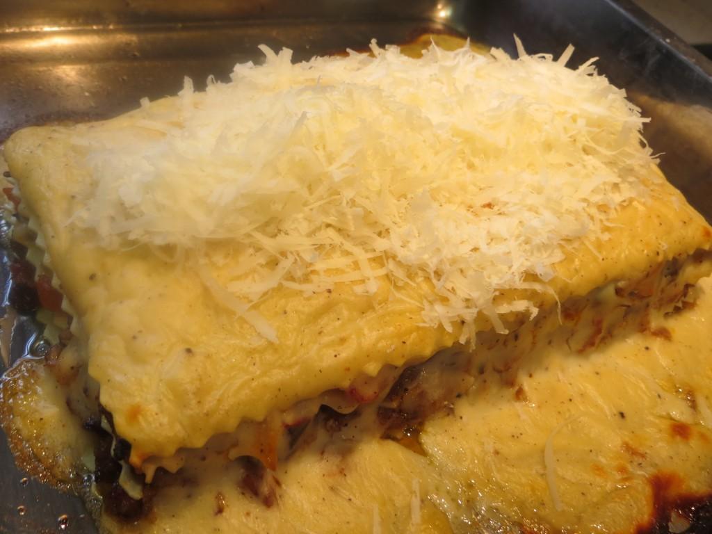 lasaña cubierta con queso rallado
