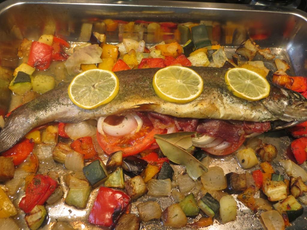 trucha rellena de jamón y verduras acabada de asar