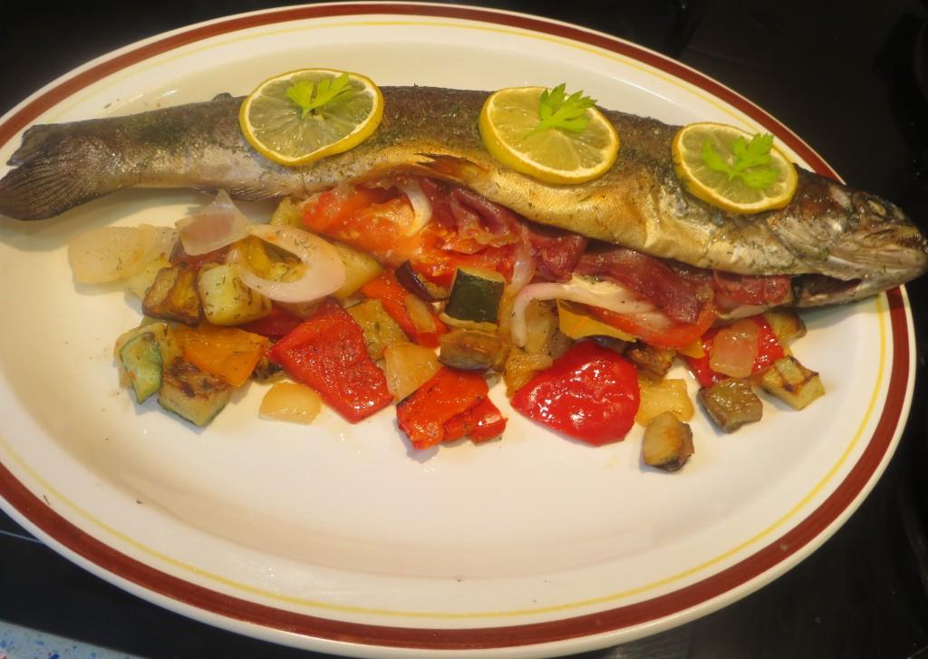 trucha rellena con jamón y verduras asada