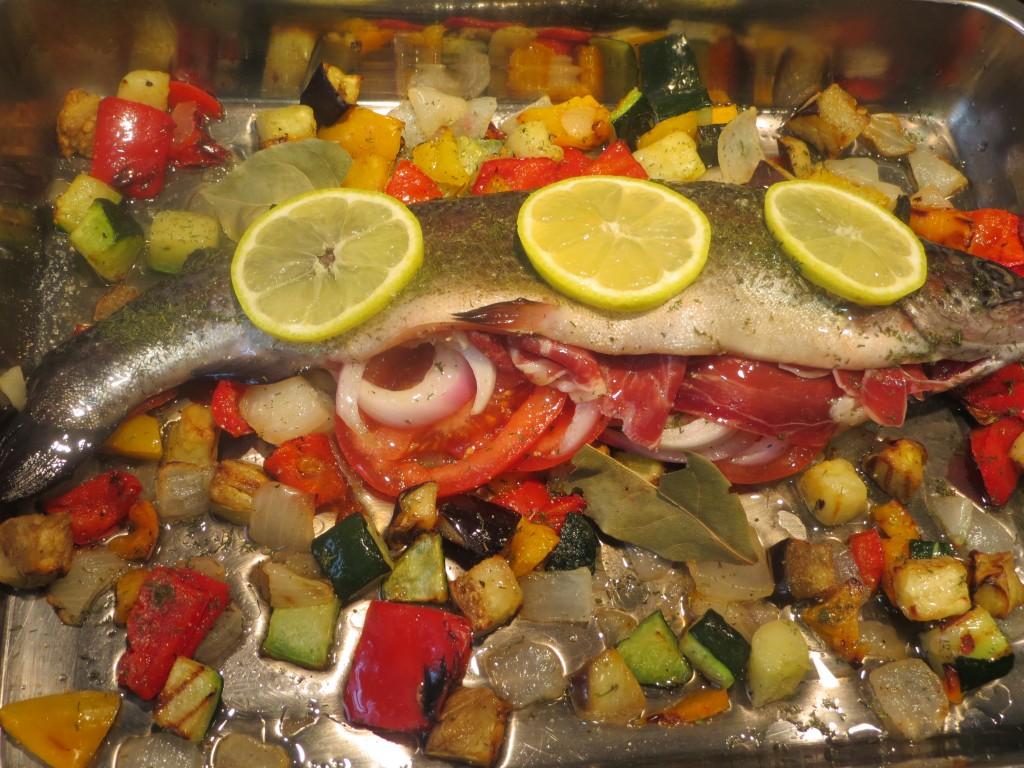 trucha rellena con jamón y verduras lista para hornear
