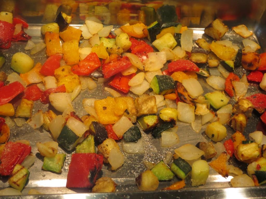 cama de verduras en el fondo de la bandeja