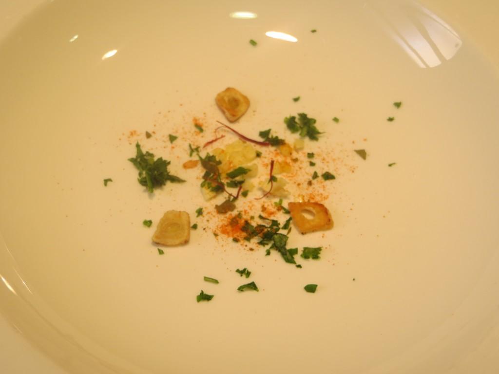 ingredientes en el fondo del plato hondo