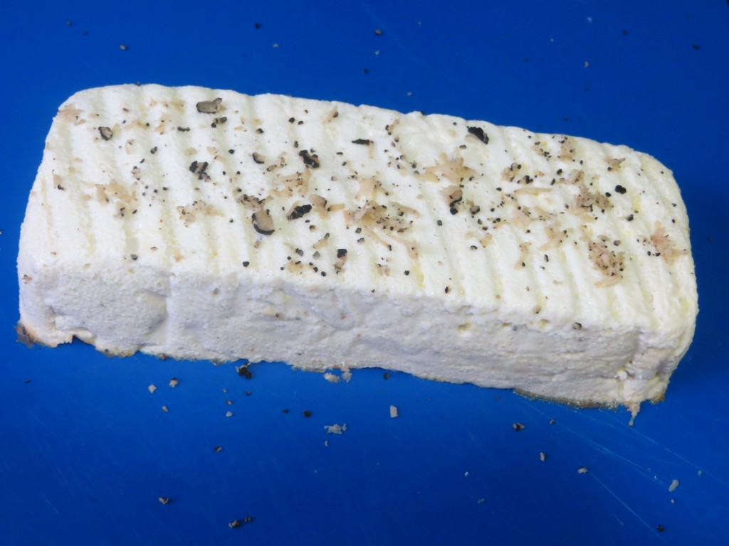 pastel de espárragos fuera del molde, con trufa rallada