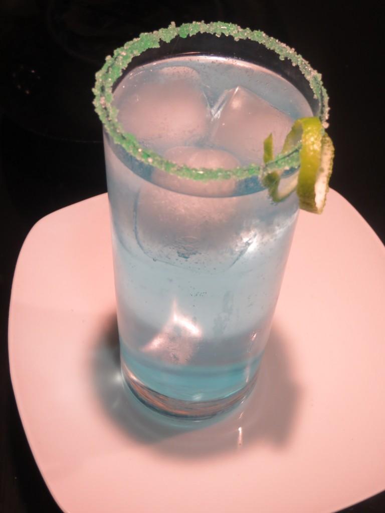 Gintonic azulado en vaso de tubo