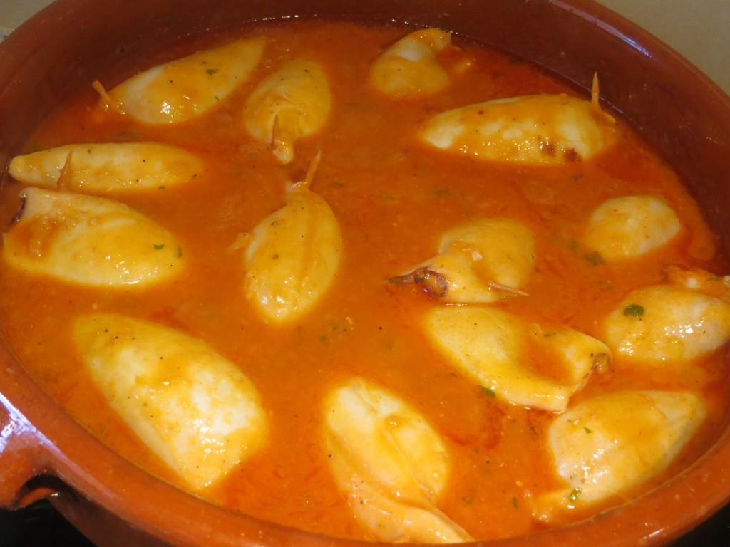 calamares rellenos cociendo en la salsa