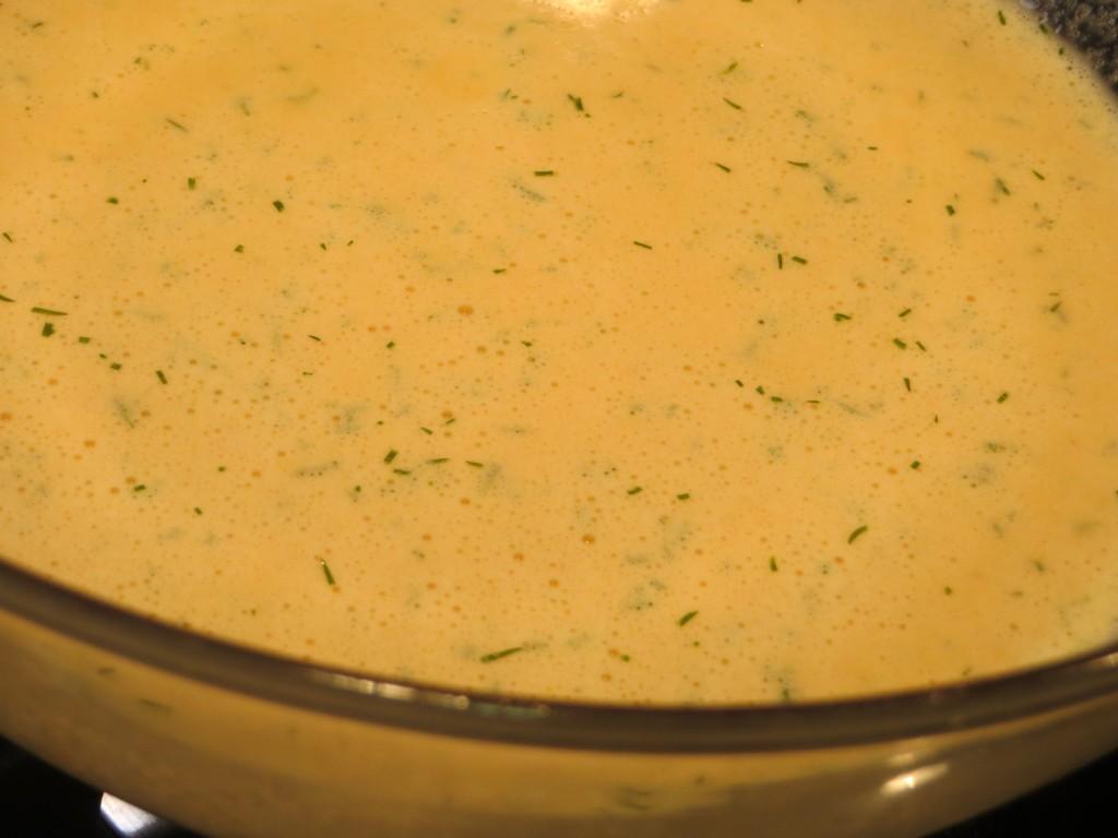 mezcla de salmón. huevos, nata y especias tritutada