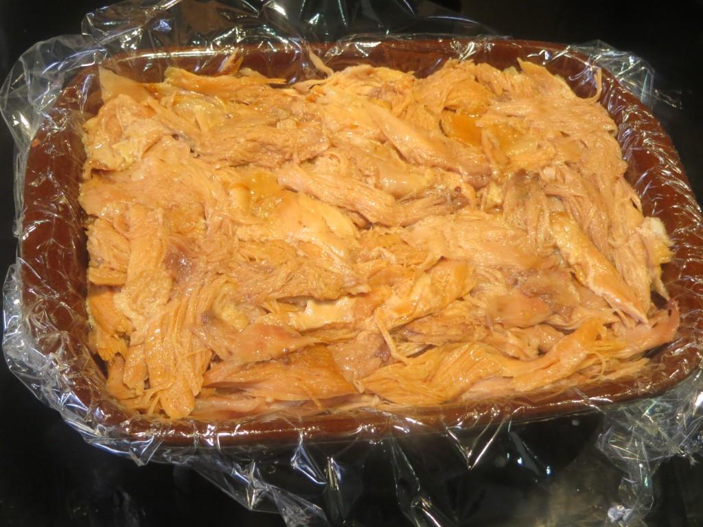 molde acabado de rellenar con la carne de cochinillo desmigada