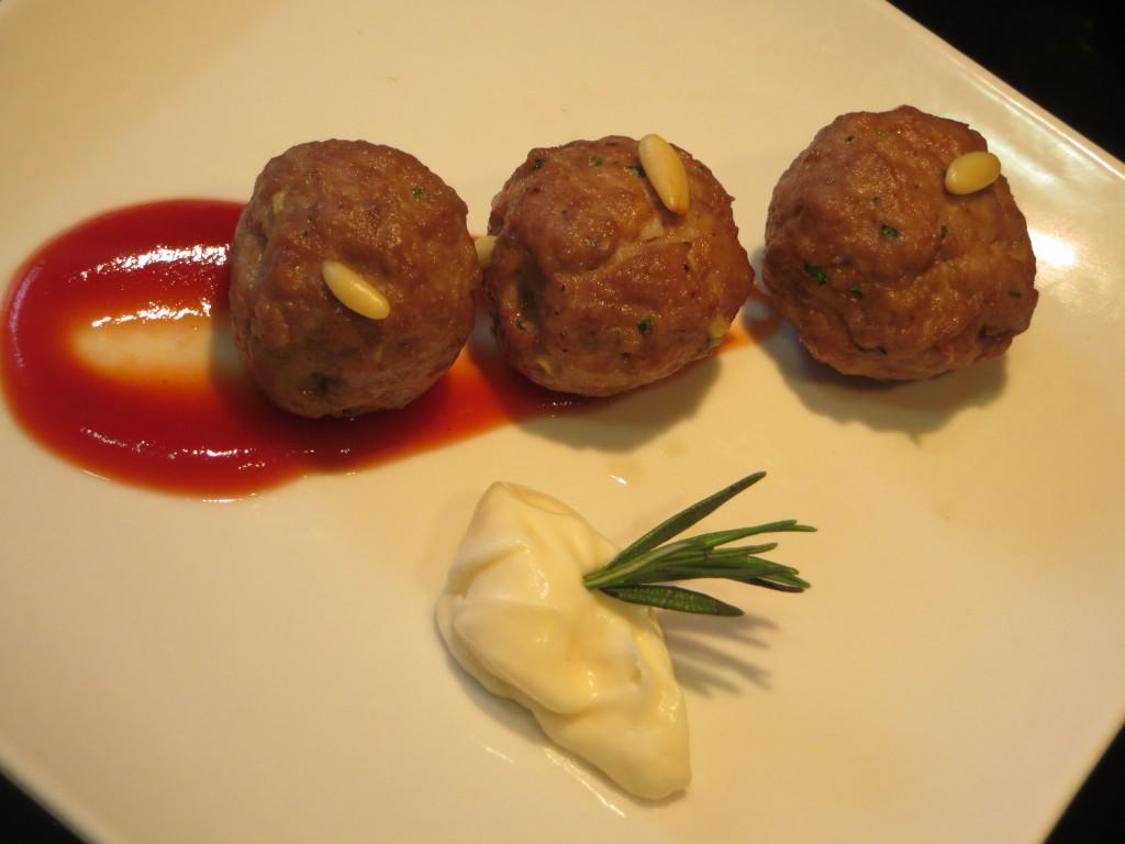 aperitivo de albóndigas con salsa picante