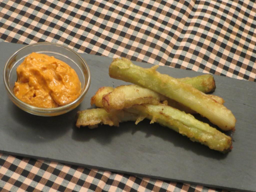 calçots en tempura acompañados por su salsa