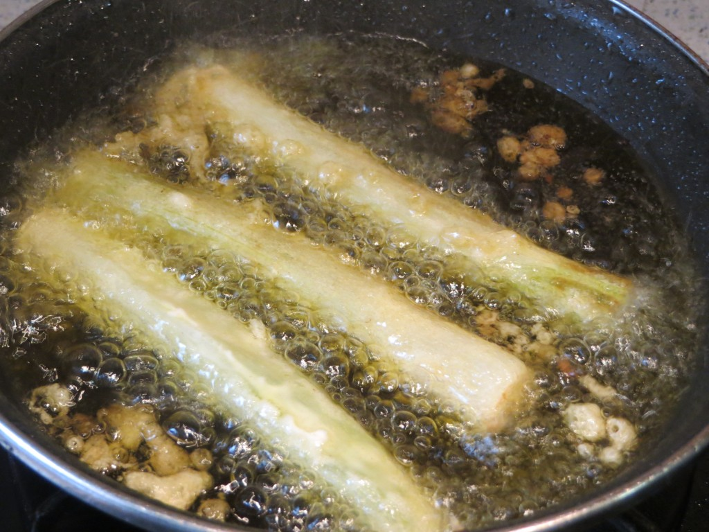 calçots en tempura friendo en el aceite