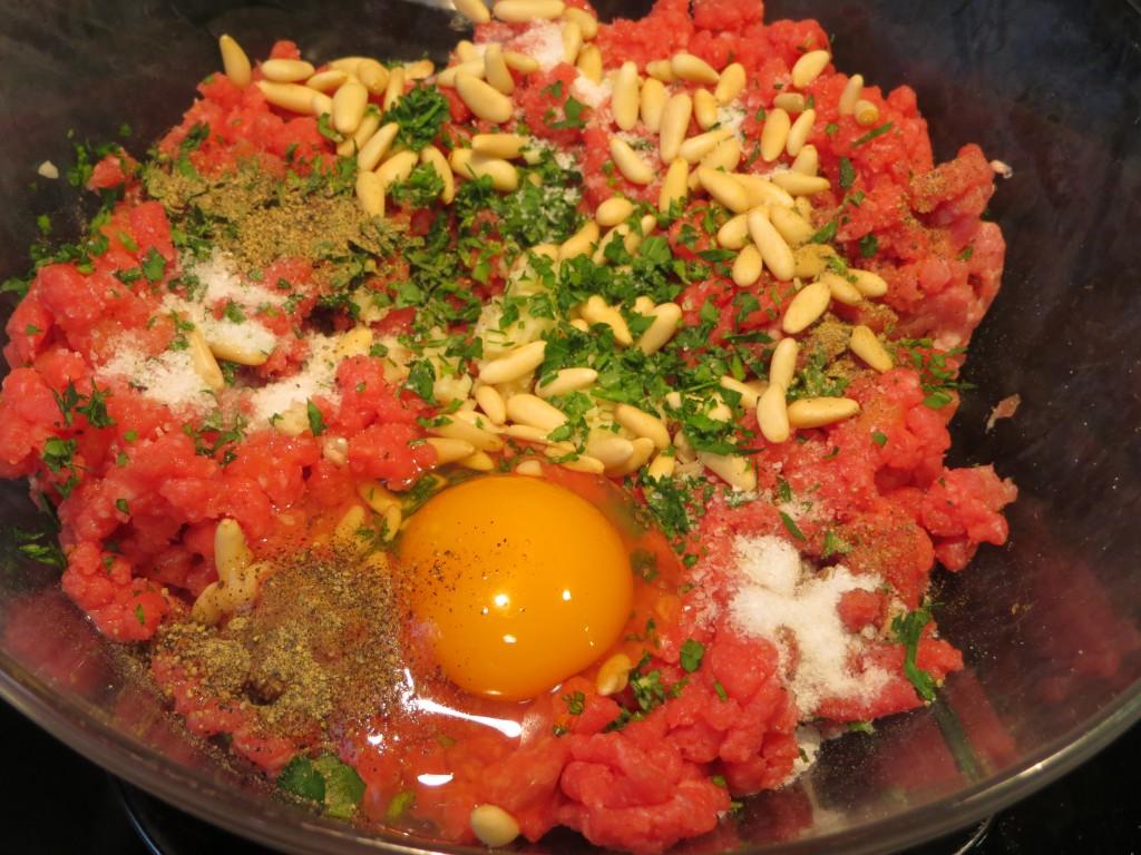 ingredientes de las albóndigas antes de amasar