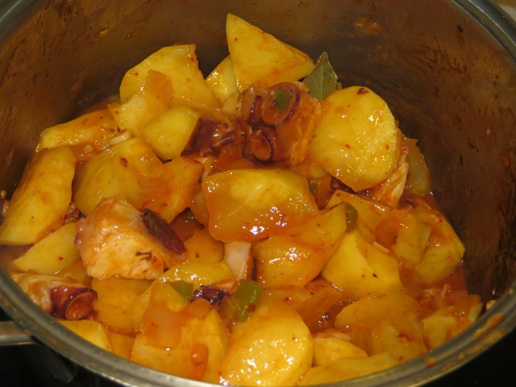 patatas y pulpo incorporados al sofrito