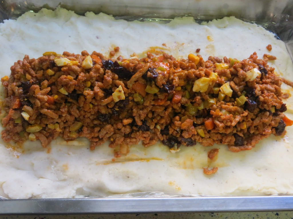 ingredientes del relleno sobre la capa de puré de patata