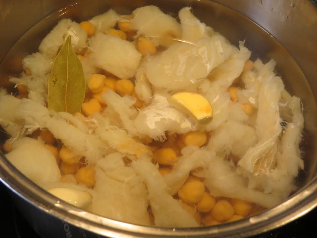 garbanzos con el bacalao, los ajos y el laurel