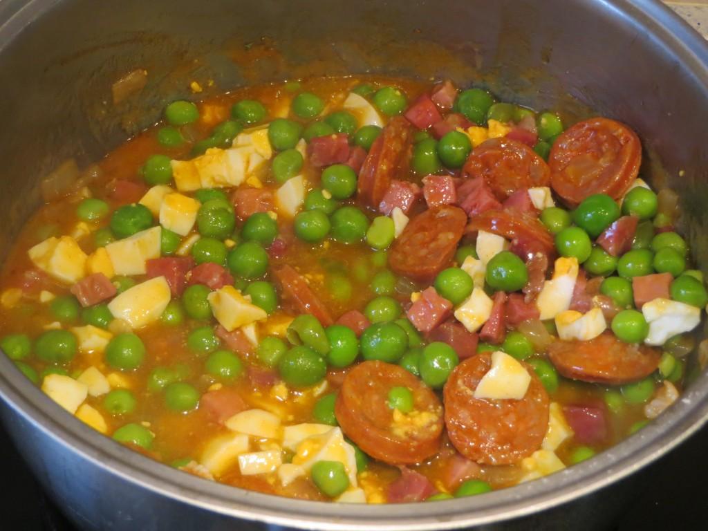guisantes con jamón, chorizo y huevo duro acabados