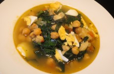 potaje de garbanzos con bacalao, huevo duro y espinacas