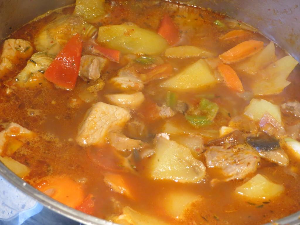caldo vertido al estofado de patatas con carne