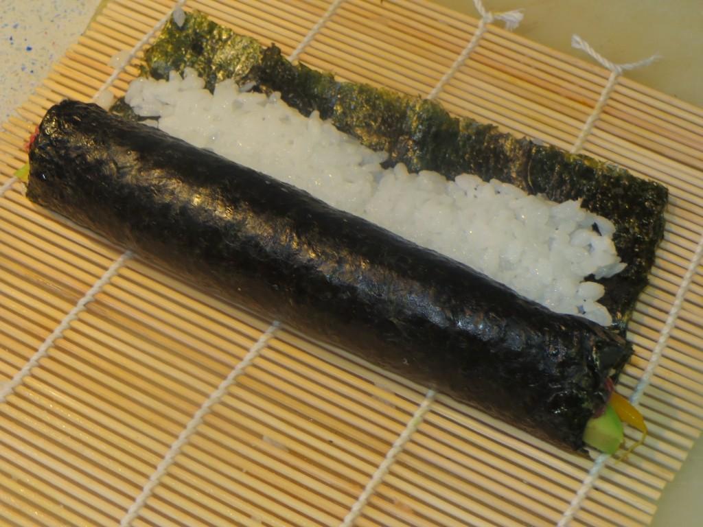 rollo de maki sushi casi acabado de enrollar